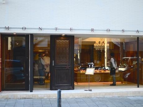 入口はフランスのアンティークの扉を流用して自動ドアに設えている