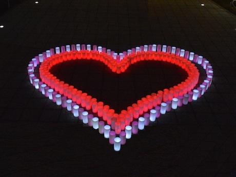 マリンタワー広場で行われるハートをモチーフにしたキャンドルナイト。展望フロアの入場者にはハートの中で撮った写真のプレゼントも