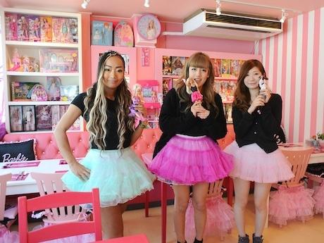 「Pink Holiday Cafe」スタッフと店長の伊勢久乃さん(中央)