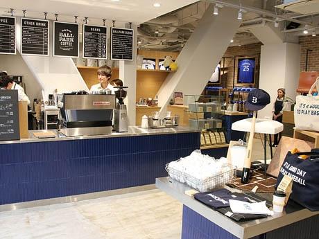コーヒースタンドも併設する新ショップ「+B」の店内の様子