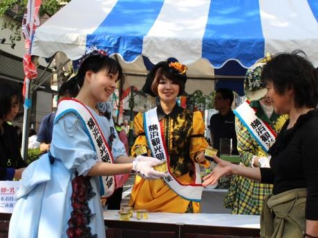 横浜観光親善大使が「横濱馬車道あいす」を配布(昨年の様子)