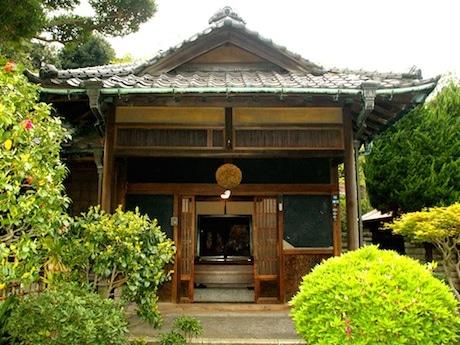 築80年の古民家を活用した「豆松カフェ」の外観