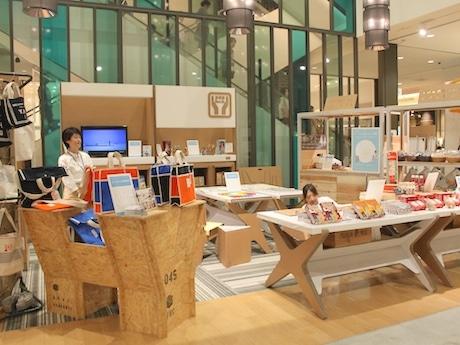 段ボールでできた棚や神奈川県産の間伐材を使ったワゴンなど、什器も横浜のクリエーターによるオリジナルのものを使用する
