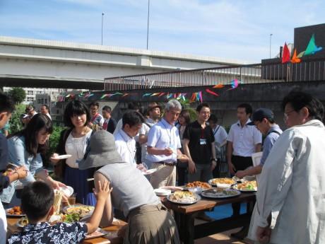 簡易宿泊所の屋上を生かした庭園で行われた10周年記念パーティー