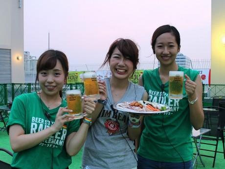 (左から)スタッフの児島みなみさん、福澤璃南さん、藤田夏帆さん