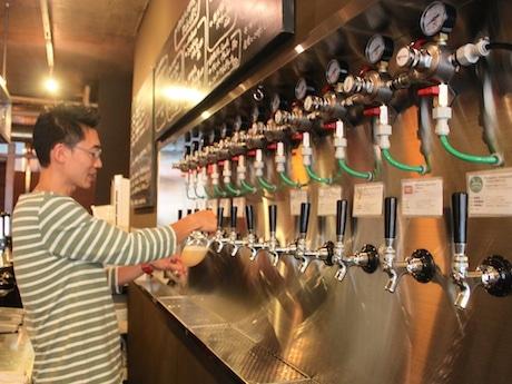 カウンター内に設置されたタップ。全国各地のクラフトビールメーカーと直接取引して仕入れた最大12種類のビールが楽しめる