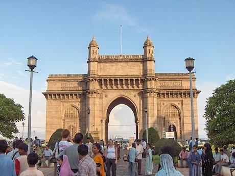 多くの観光客が訪れるムンバイのインド門(by Nichalp under CC BY-SA 2.5)