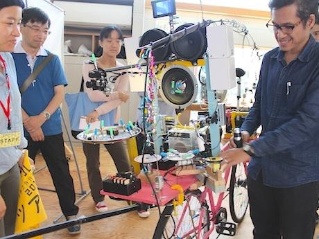 タイからの参加作家・アーノント・ノンヤオさんの作品。自転車にさまざまな音が出る仕掛けが施されている