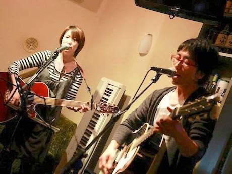 ステージに登場する横浜出身フォークデュオ「奏音(かのん)」