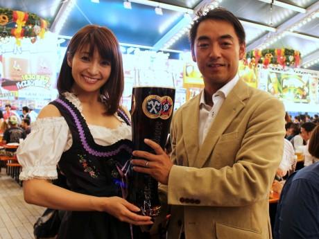 MCの小笠原ゆう子さん(左)、横浜赤レンガ倉庫の久米本憲一社長
