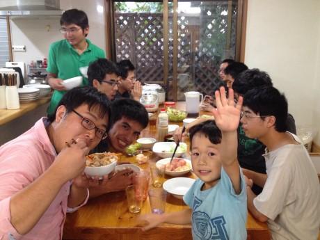 K2インターナショナルグループで運営する共同生活寮は、若者たちがさまざまなチャレンジをする基盤。自分たちで夕食をつくり、支援員もともに一緒に食べる日常風景。
