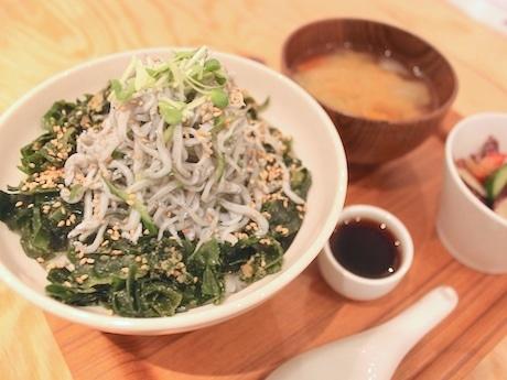 小鉢と味噌汁が付いた「湘南釜揚げシラス丼」セットメニュー