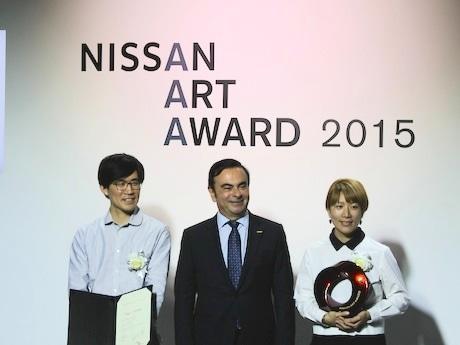 (左から)オーディエンス賞を受賞した久門剛史さん、日産自動車CEOのカルロス・ゴーンさん、グランプリを受賞した毛利悠子さん