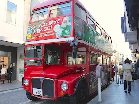 オリジナルラッピングを施したロンドンバス