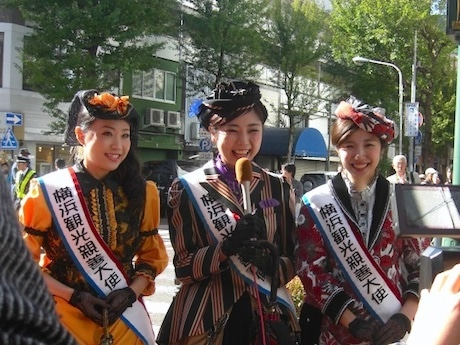 第13代横浜観光親善大使のシーベレール磨紀さん(左)、隅一帆さん(中)、鞍橋ゆいさん(右)