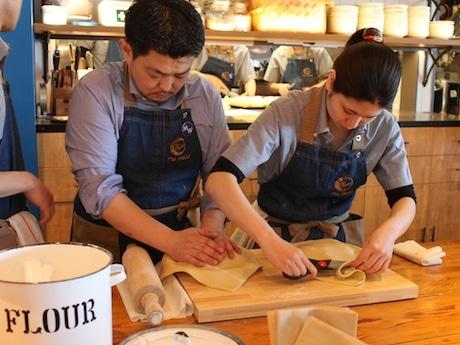 長さ8.5メートルのビッグテーブルでは、目の前でパイを作り上げる様子を見ることができる