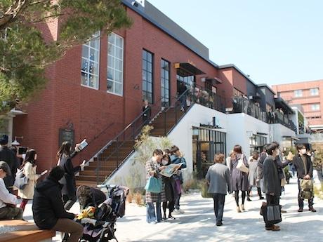海沿いの倉庫街に街路を作ることをイメージしたオープンモール。ペットを連れて歩くことができる