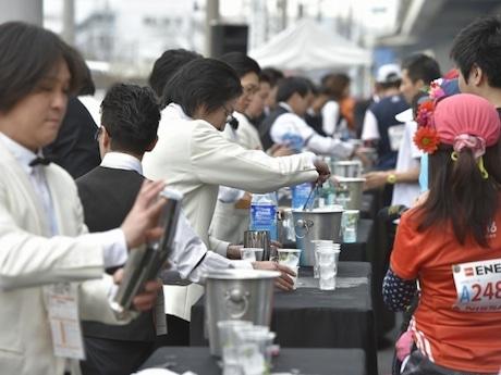 チアダンスやベリーダンス、和太鼓のほか、バーテンダーなど横浜ならではのパフォーマーがラインナップされた「給水所パフォーマンス」