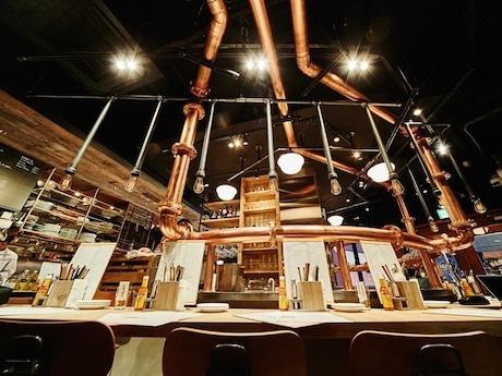 ビール工場の醸造風景をイメージした店内。樽生クラフトビールは冷蔵庫から店内の真鍮配管を経由して新鮮な状態で提供される