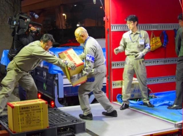 支援物資のビスケットをトラックに積み込む横浜市職員(提供:横浜市総務局危機管理課)