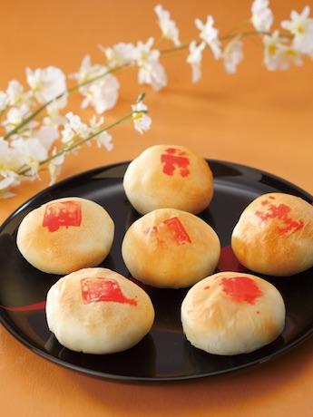 土産店の「馬さんの点心坊」が提供する「上海鮮肉月餅」(1個250円)。中秋には必ず月餅を食べる中国で、夫や恋人のために長い行列に並ぶ女性も多いという