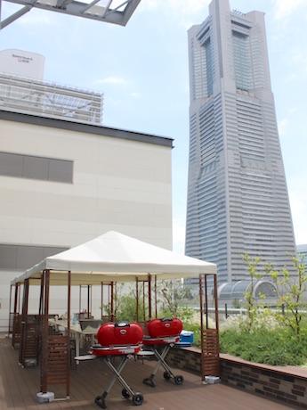 ランドマークタワーを見上げるMARK IS5階のテラスが会場