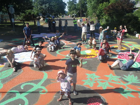 ポートランドの地域コミュニティを形成する催し「交差点ペイティング」。地元住民を中心とした取り組みだが、特別に日本からの子連れ訪問団も参加した