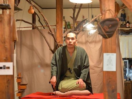 綱島の旅カフェ「POINTWEATHER」での三遊亭天どんさん独演会の様子