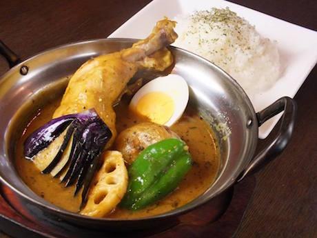 看板メニューの「ハマカレ」は骨付きチキンの入ったスープカレーで濃い目の味が特徴