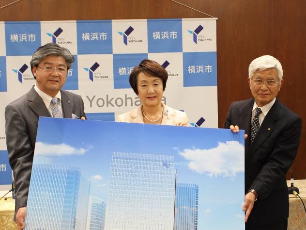 右から正野幸延理事長、林文子横浜市長、兼子良夫学長(横浜市庁舎で12日に行われた記者発表)