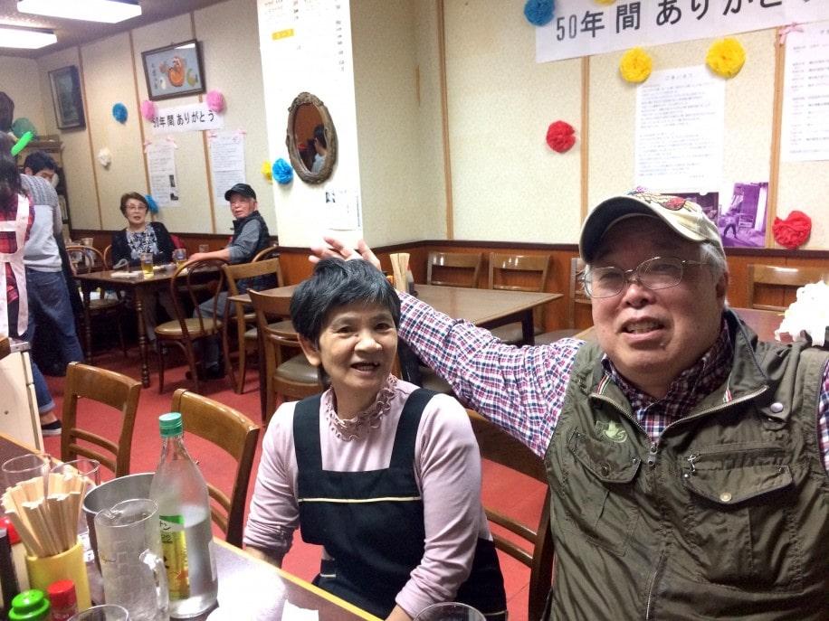 山田ホームレストラン「50周年感謝の集い」で、常連客ら1人ひとりに声をかける山口美奈子さん=左