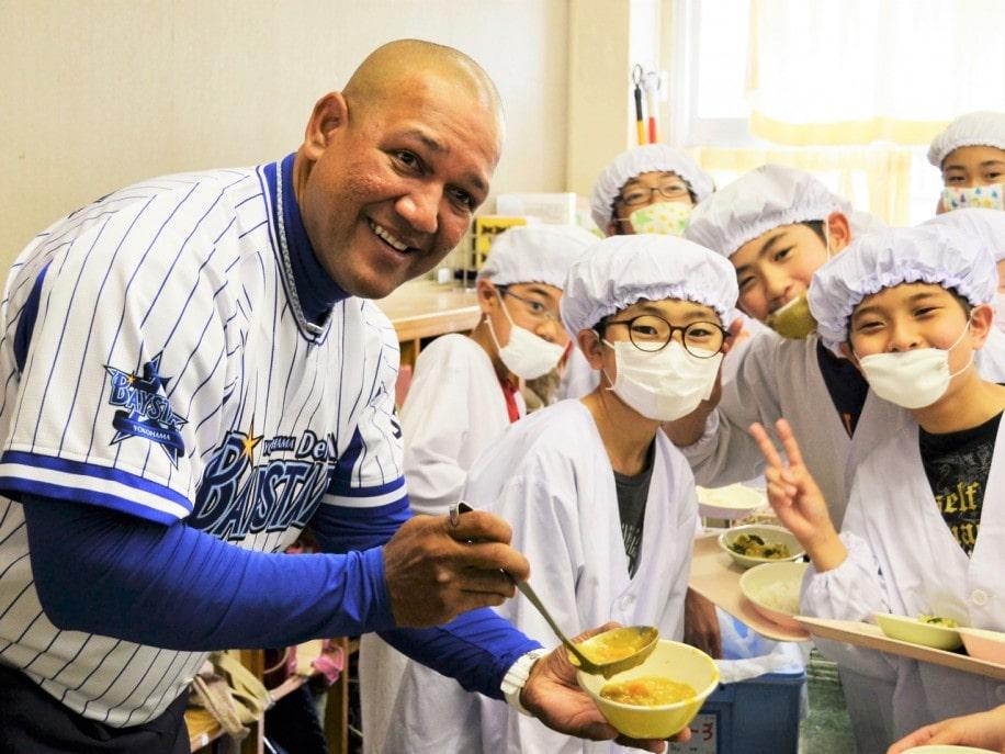 ベイスターズ「青星寮カレー」が横浜市内の小学校給食に ラミレス監督らがサプライズイベント