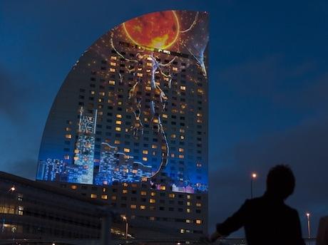 ヨコハマ グランド インターコンチネンタル ホテル壁面に投影されたオリジナル作品の「ファイナルファンタジーXIV」プロジェクションマッピング