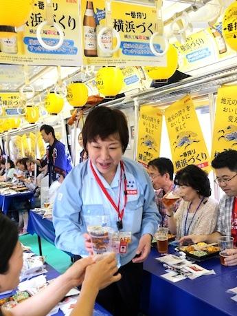 参加者と歓談する神崎夕紀横浜工場長