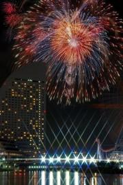 山下公園周辺で2夜連続3,000発の花火「横浜スパークリングトワイライト」 ジュエリーボートやパレードも