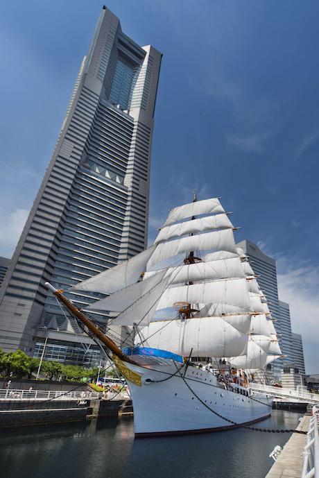 帆船日本丸とランドマークタワー