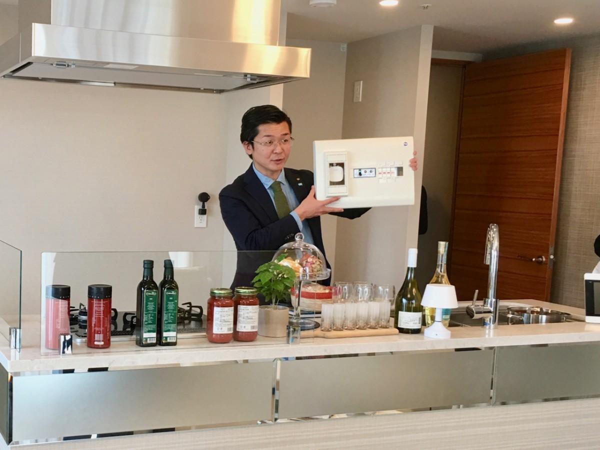 「エネトーク」の説明をする横浜市住宅供給公社の今村美幸さん