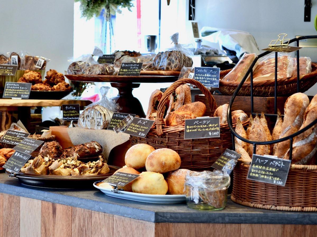 「湘南小麦」を配合したパンなど、焼きたてパンが並ぶ