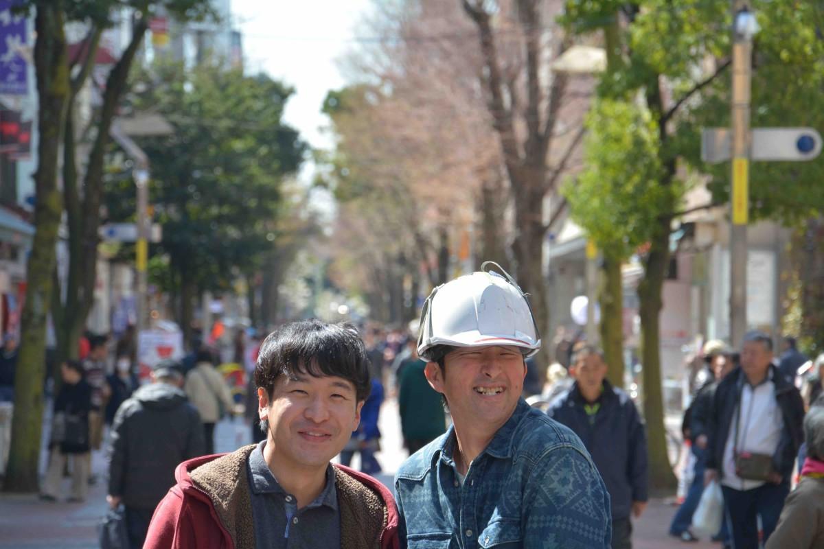 横浜シネマリンで行われた舞台挨拶に訪れたひいくんこと渡井秀彦さん(右)と監督の青柳拓さんは、伊勢佐木町歩きを楽しんだ。