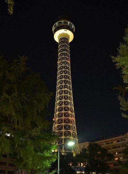 横浜マリンタワーがグレープフルーツ色に