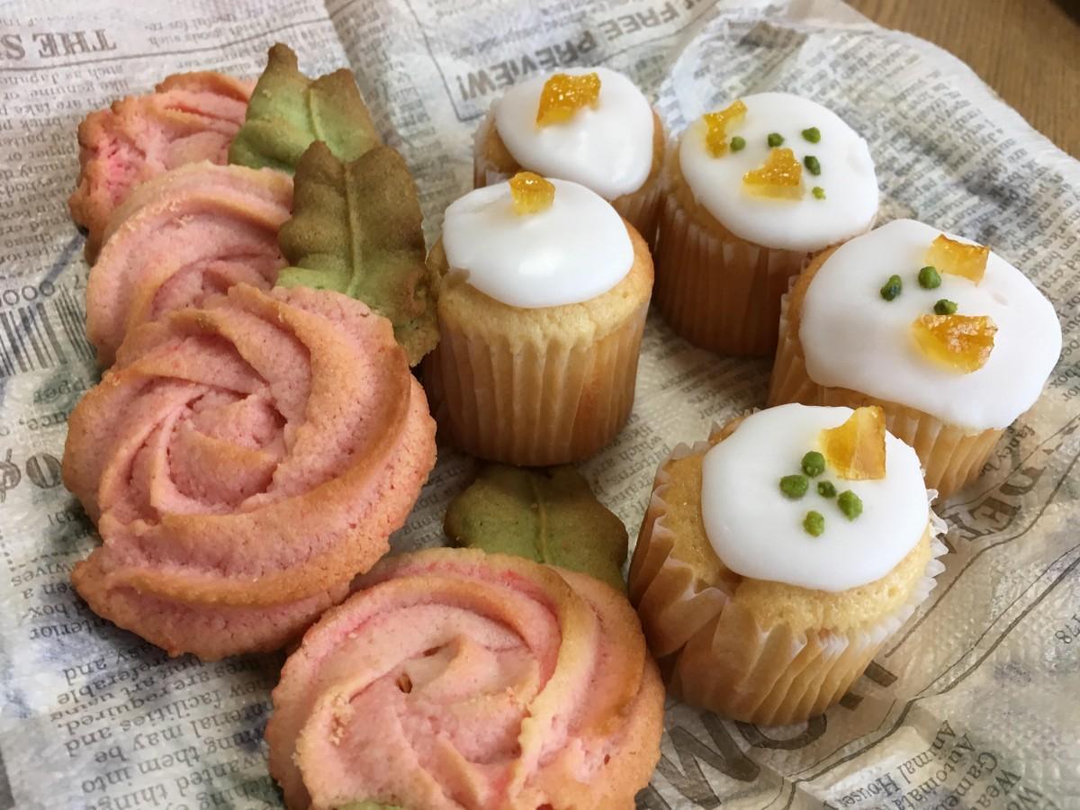 横浜市花の「バラ」の形をしたクッキーなどをつくる