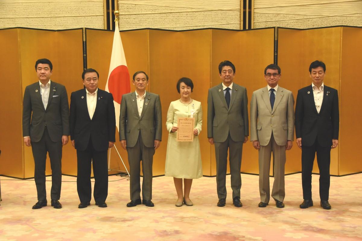 総理大臣官邸で行われた「SDGs未来都市」選定証授与式には林文子市長が出席した(写真中央)