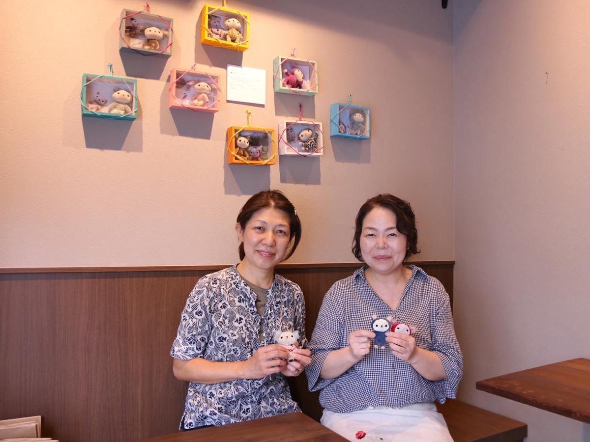 展示作家の林美和子さんと店主の加藤秀子さん