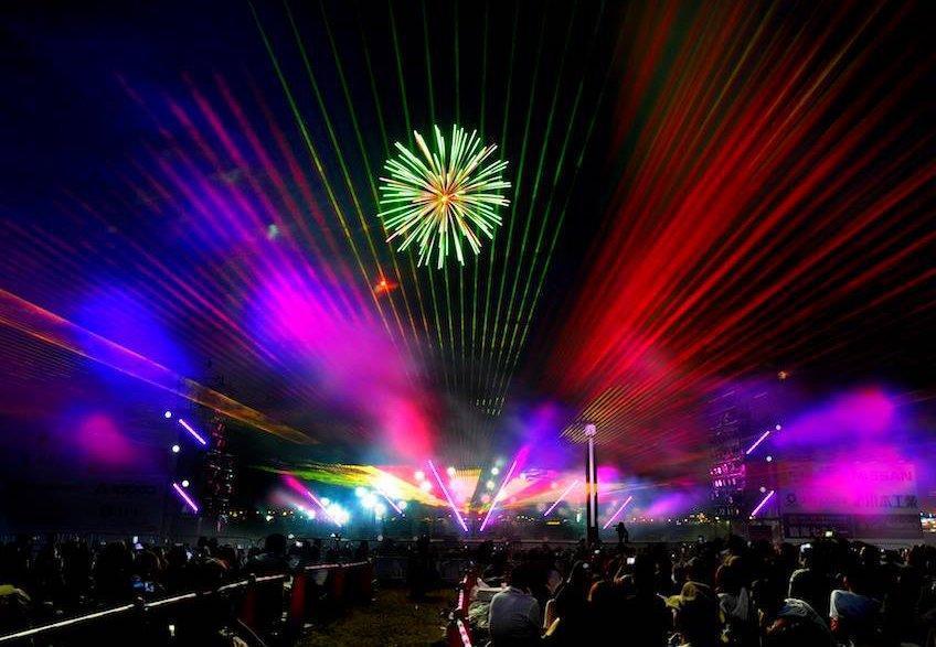 光と音の花火「ビームスペクタクル in ハーバー」
