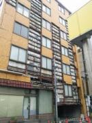 熊本地震で亀裂が入り、壁面が落ちてしまった建物