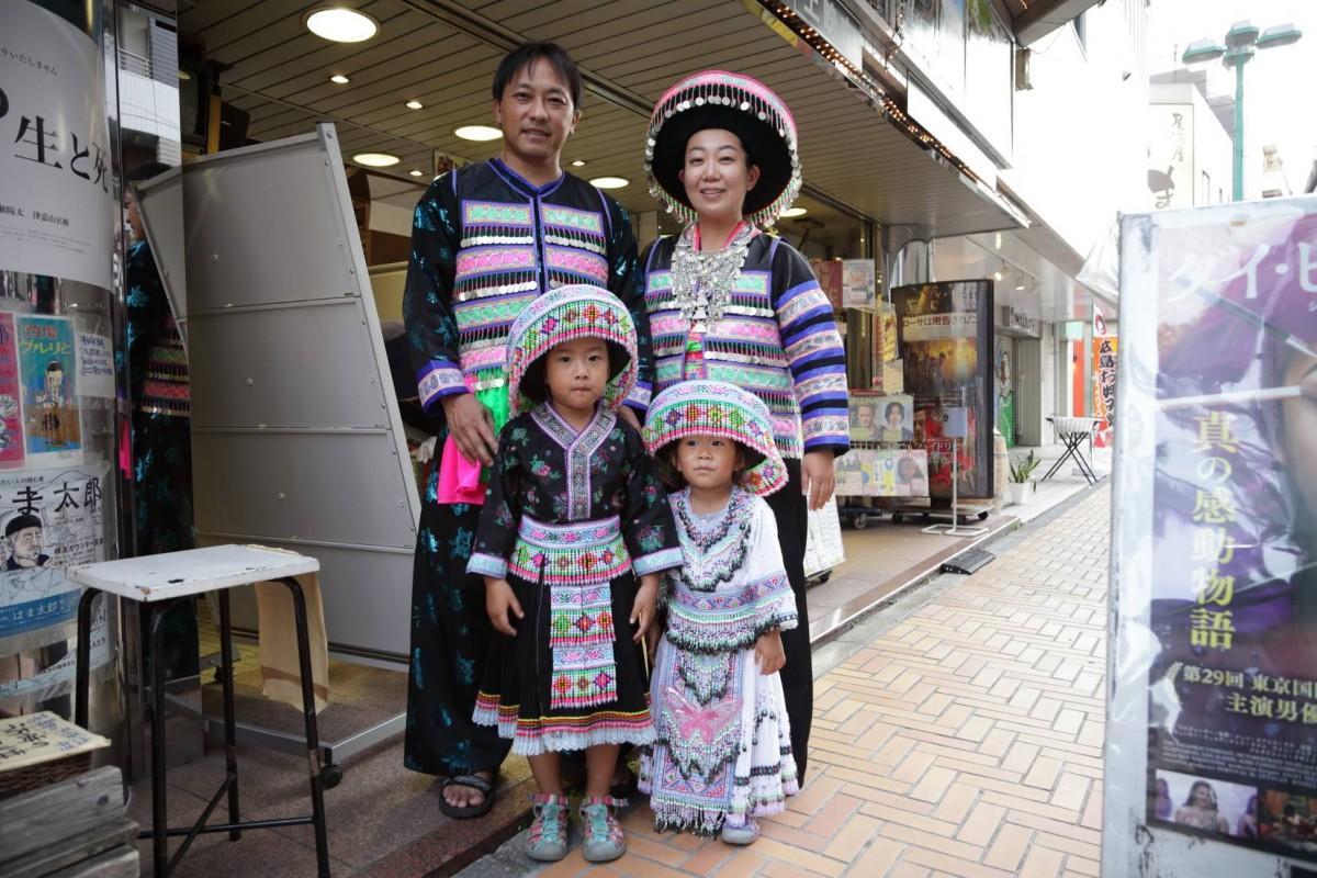 横浜在住モン族のテン・ヴァン+ダンサー青山るり子一家(写真:大野隆介)