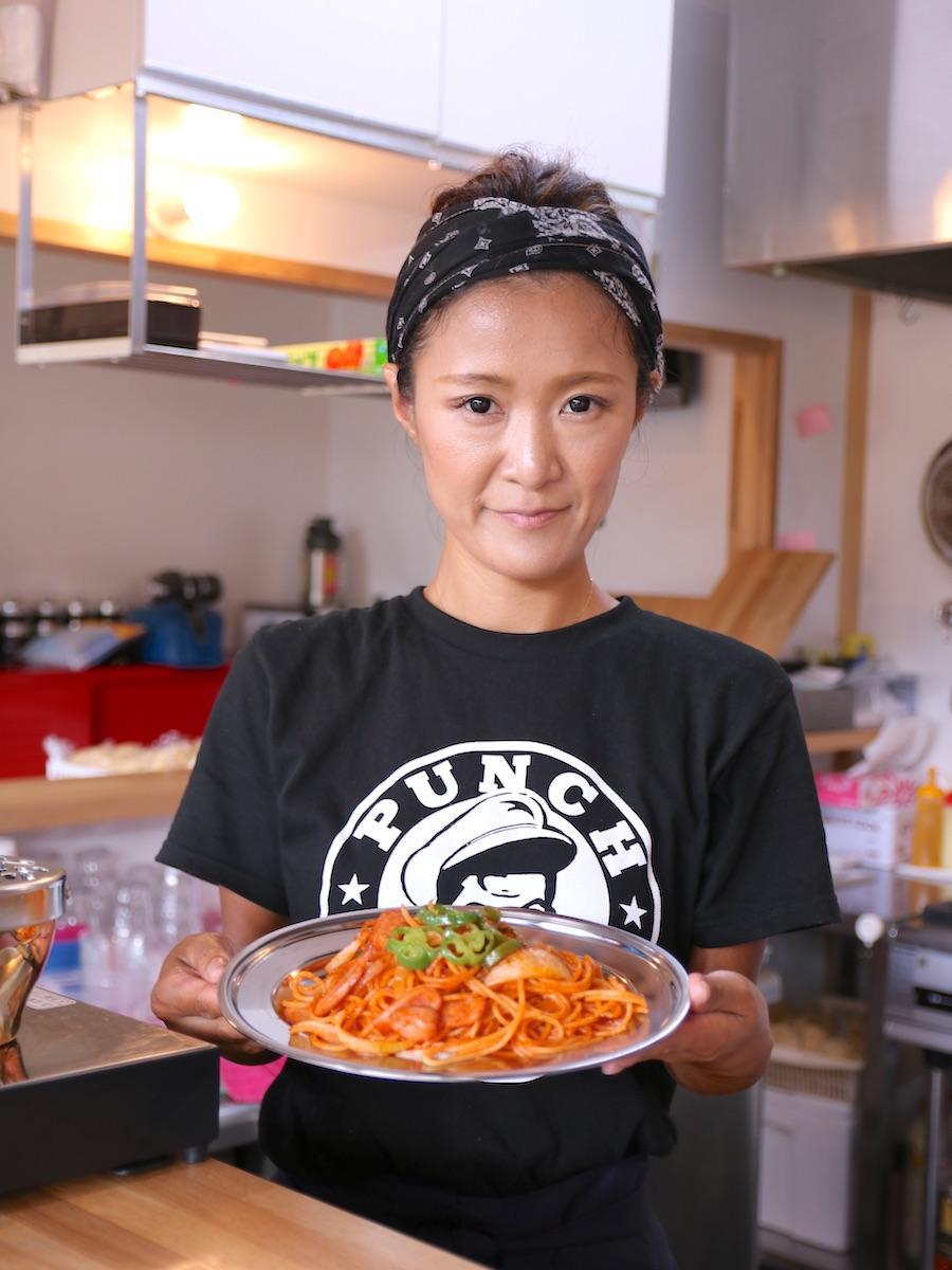 ナポリタンの基本の具はピーマン、玉ねぎ、ウインナー。「横浜ナポリタン PUNCH」のロゴが入ったTシャツ(2,000円)も販売する