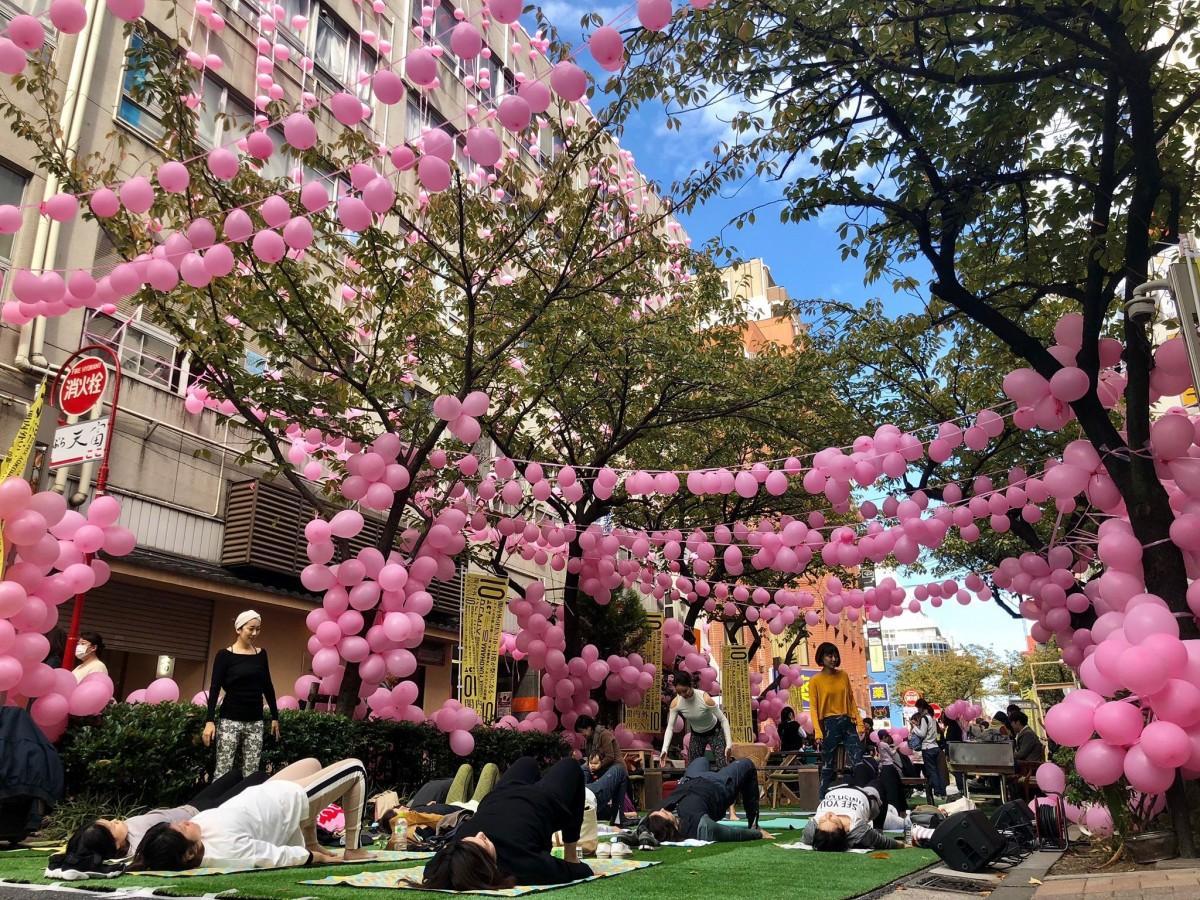 泰生ビルと泰生ポーチ前の関内桜通りで「道路のパークフェス」