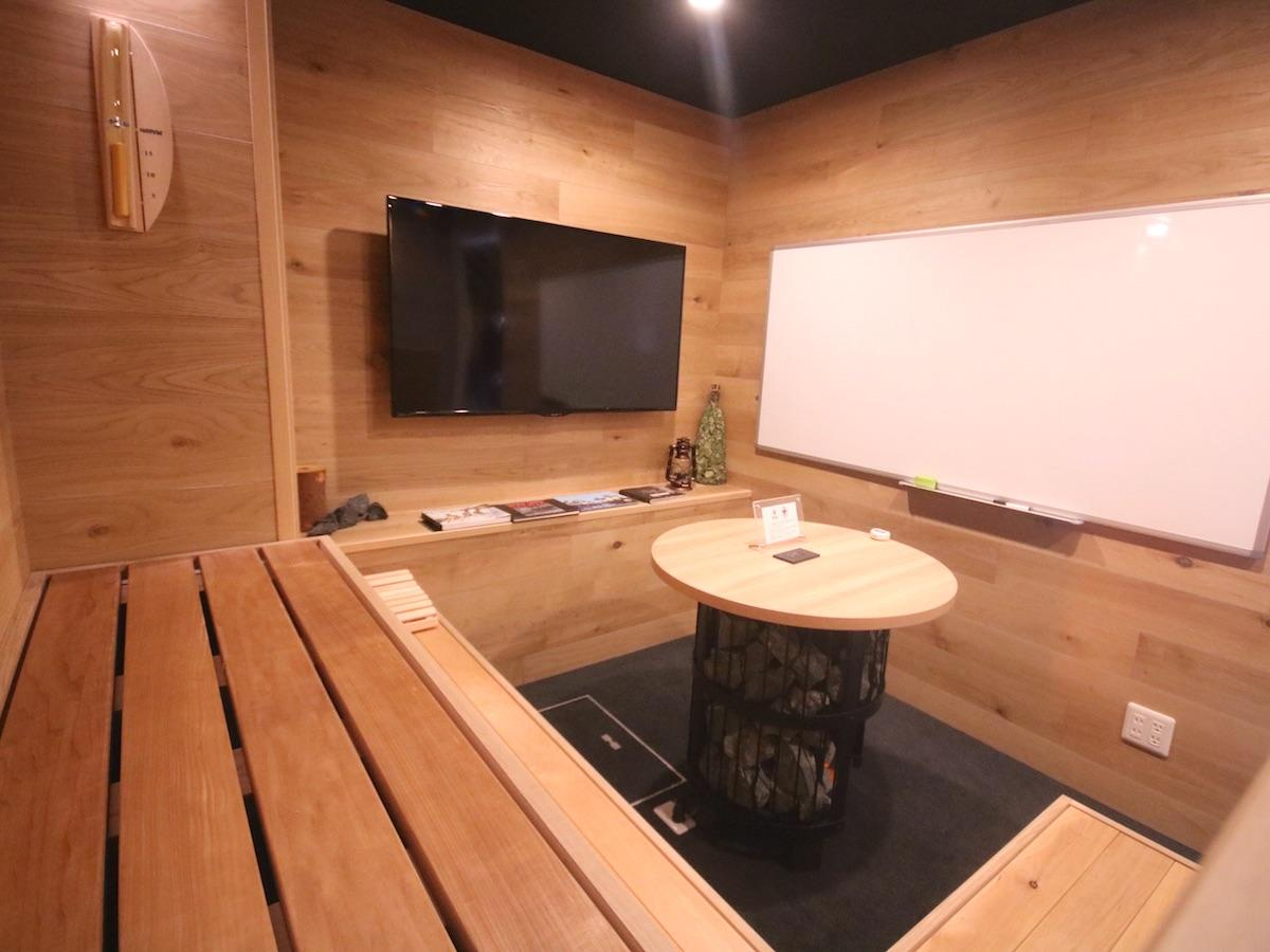 会議スペース「ぐるぐるブース」のテーブルはサウナストーブを模した