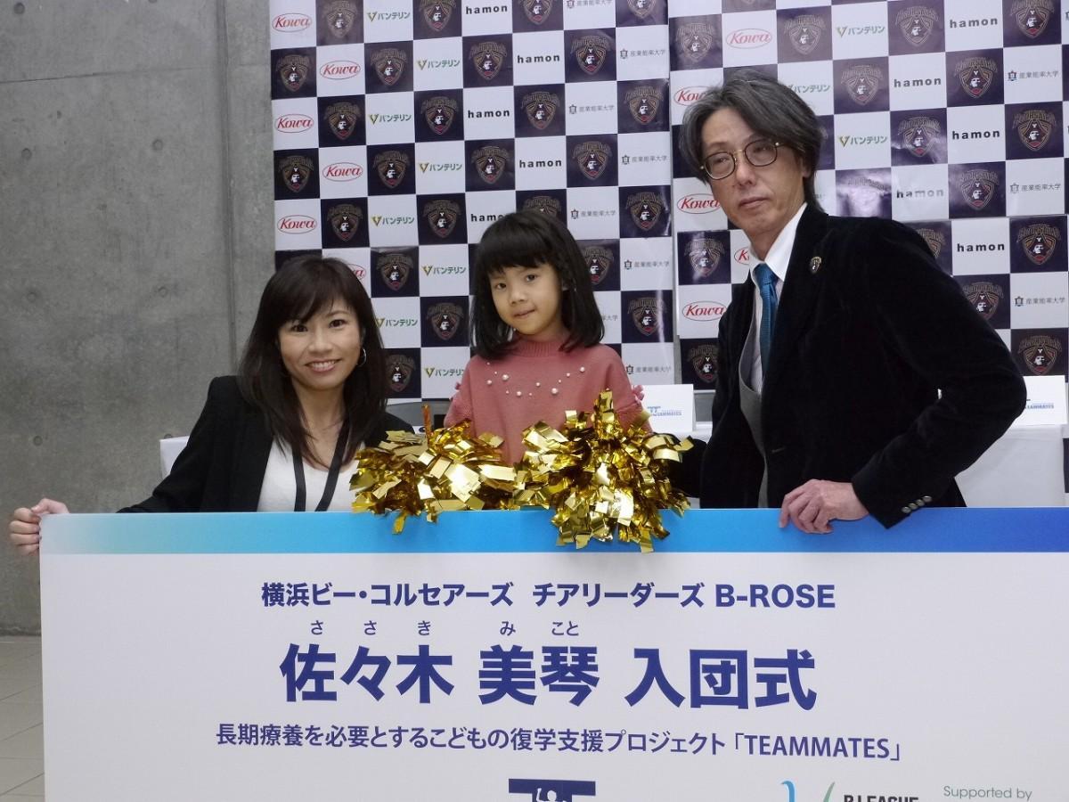 入団契約の様子(佐々木美琴さん=中央、横浜ビー・コルセアーズ代表取締役CEOの岡本尚博さん=右、B-ROSEディレクターの植村綾子さん=左)